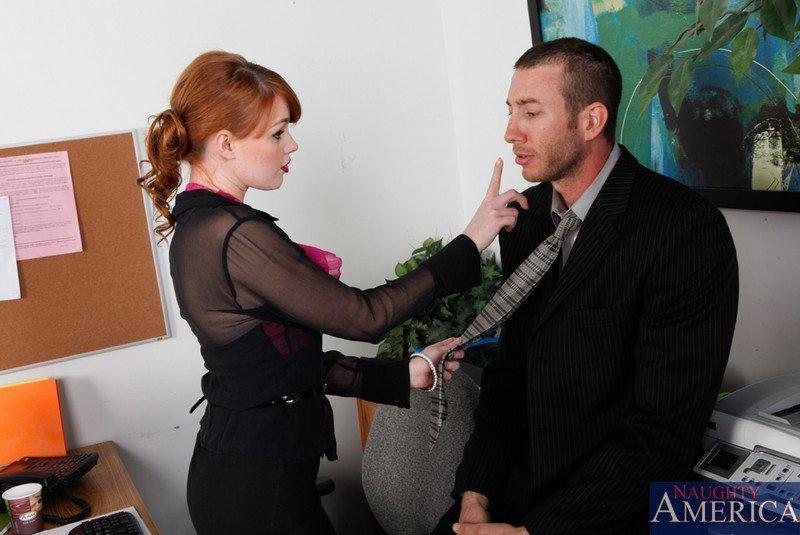 Рыженькая стервозная коллега в офисе расставила ноги перед начальником