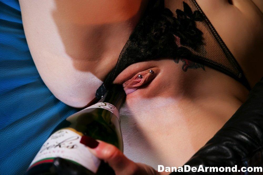 Проститутка запихивает секс игрушку вовнутрь мокрой вагинальной дырочки подруги