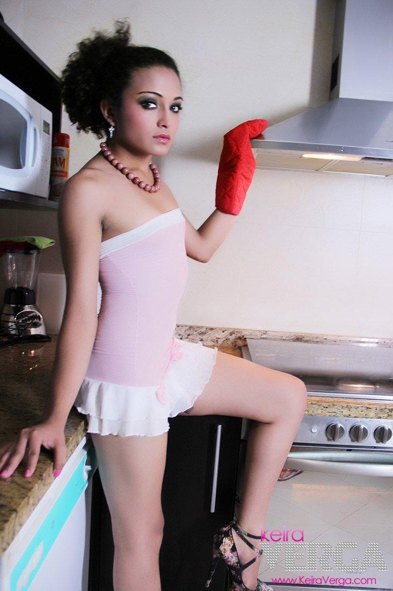 Темноволосый трансвестит фотографируется на камеру на кухне, демонстрируя свой миниатюрной фаллос и круглую попку