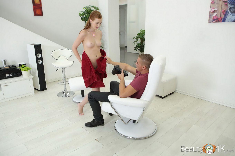 Барышня берет в рот мужской фаллос и разрешает снимать себя во время этого процесса, а затем и занимается сексом