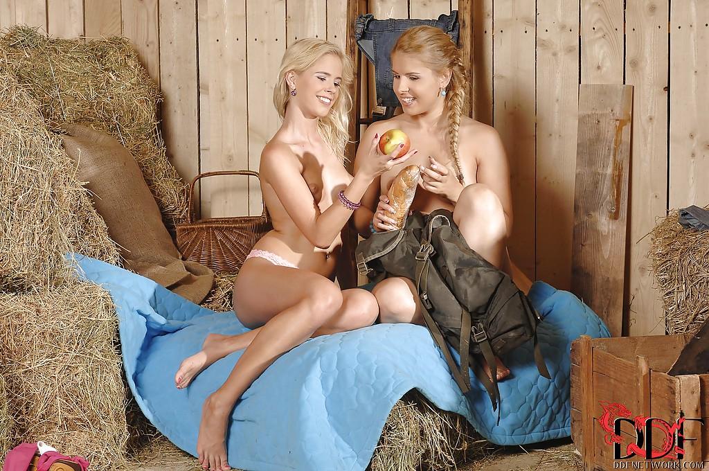 Две блондинки ебут друг дружку фонариком в амбаре