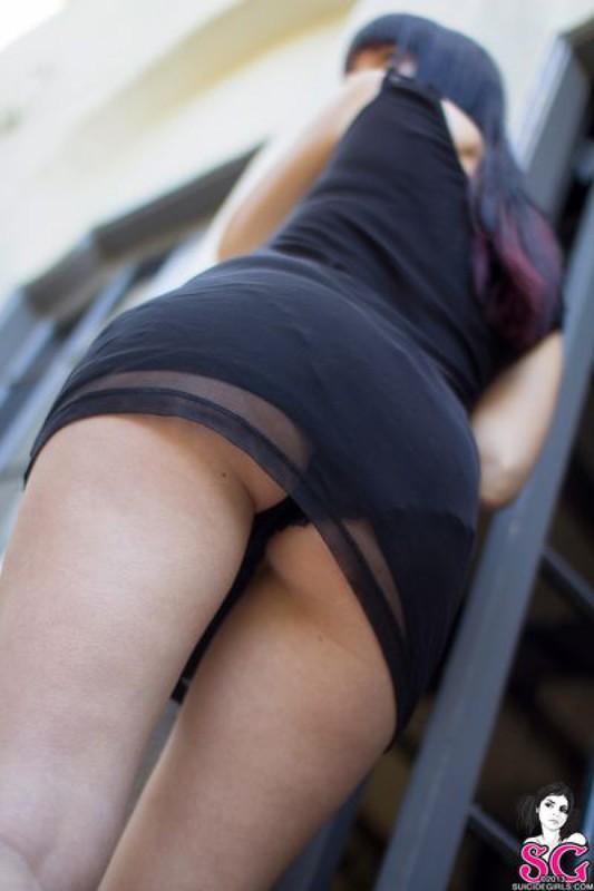 Готичная темноволосая девка снимает одежду в общественных местах