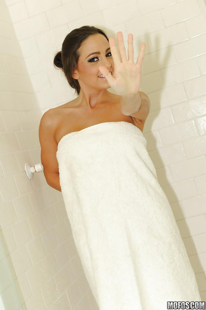 Сисястая милашка Эбигейл Мак принимает душ