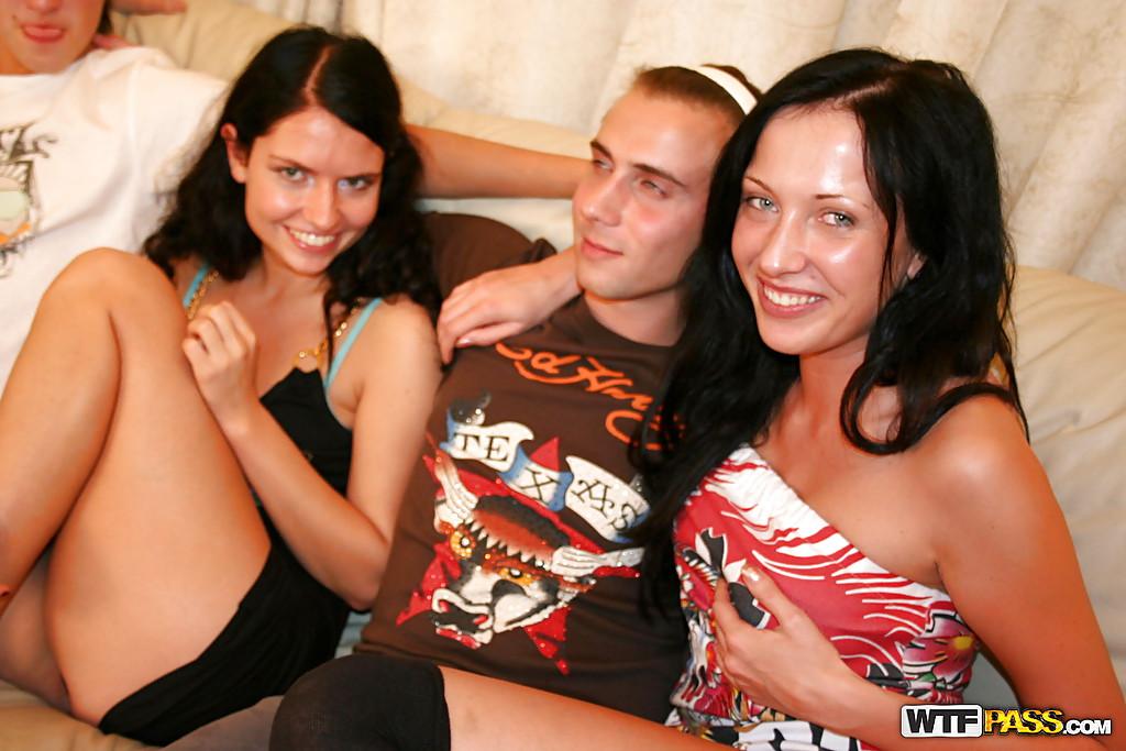 Групповой секс на софе с тремя русскими студентками