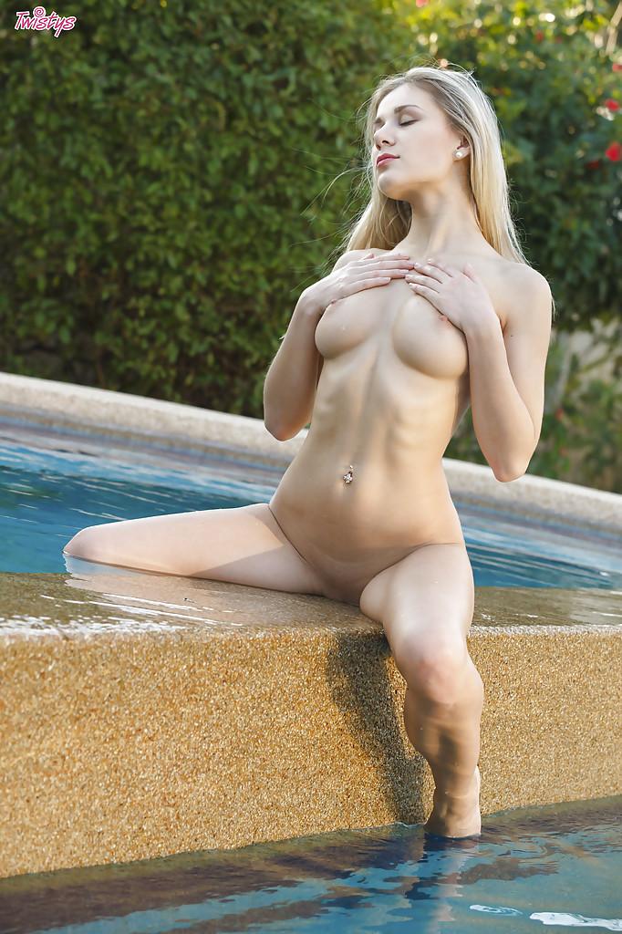 Эро-модель Дарина Литвинова позирует без одежды у бассейна