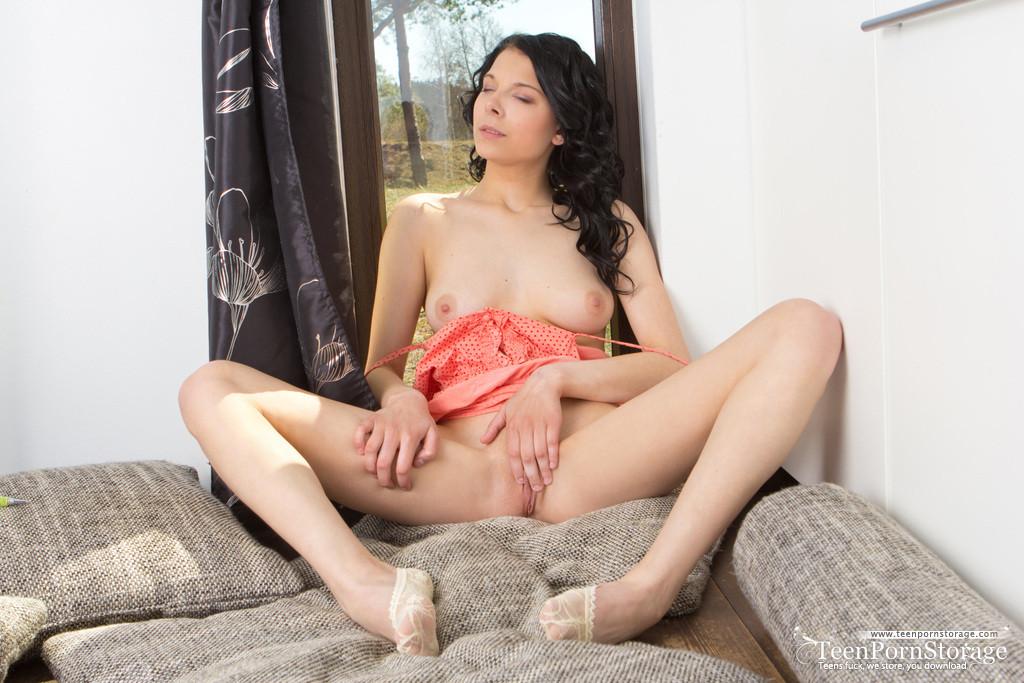 Симпатичная русая порноактрисса поглаживает свою писю