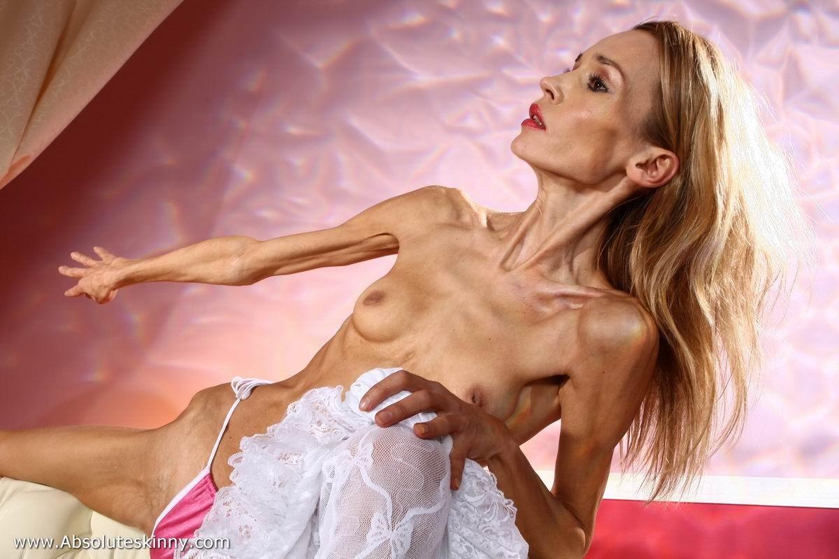 Весьма тощая балерина Ирина, красуется в белоснежном нижнем белье и зачем-то показывает свою грудь