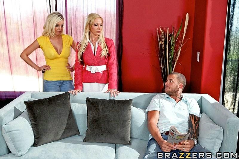 Интим с  2-мя блондинками с большими сисяндрами