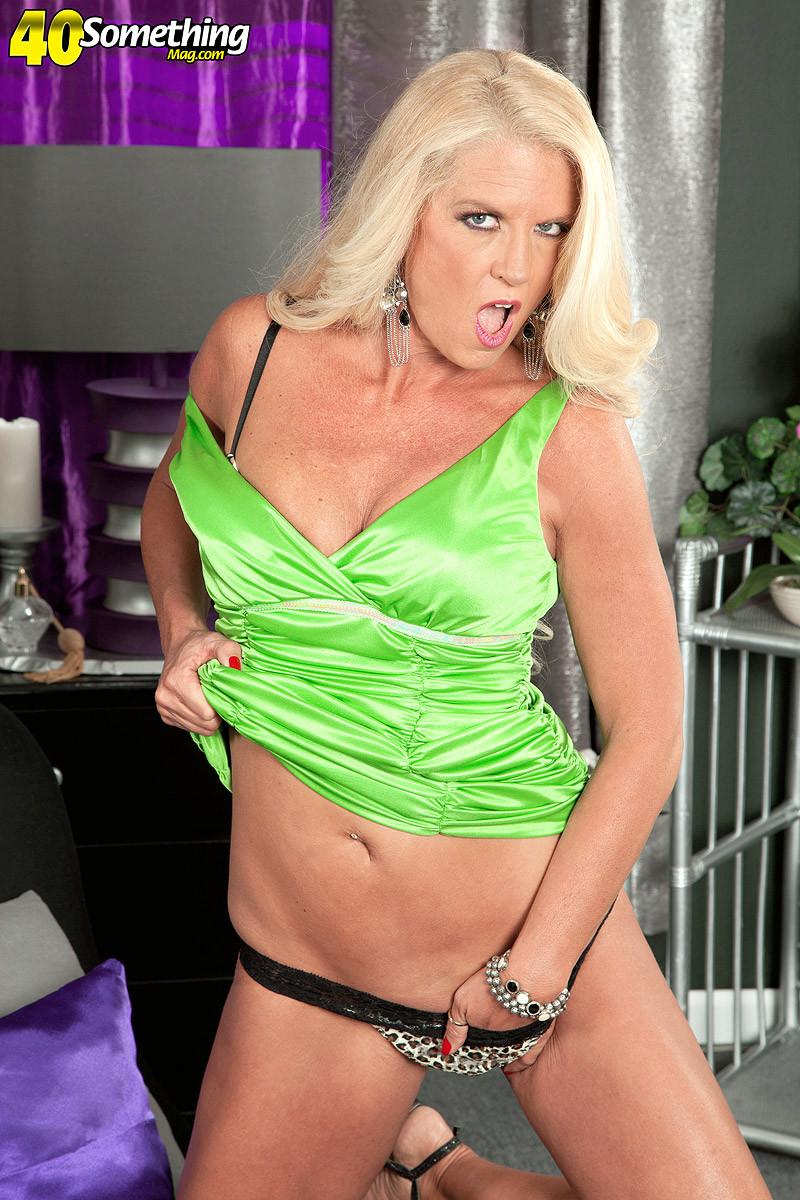 Застенчивая блондинка стягивает с себя леопардовое белье на камеру