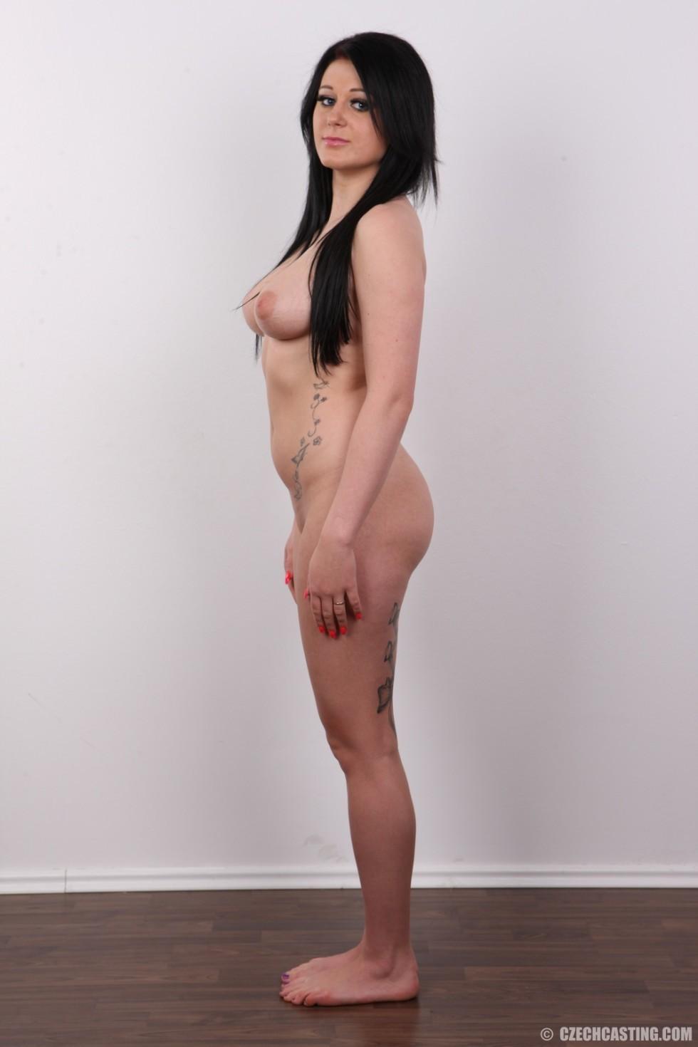 Татуированная темненькая девушка снимается раздетой на кастинге