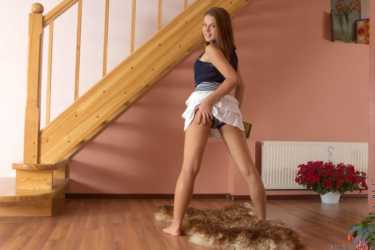 Красивая девка показывает свою розовую манду после снятия всей одежды
