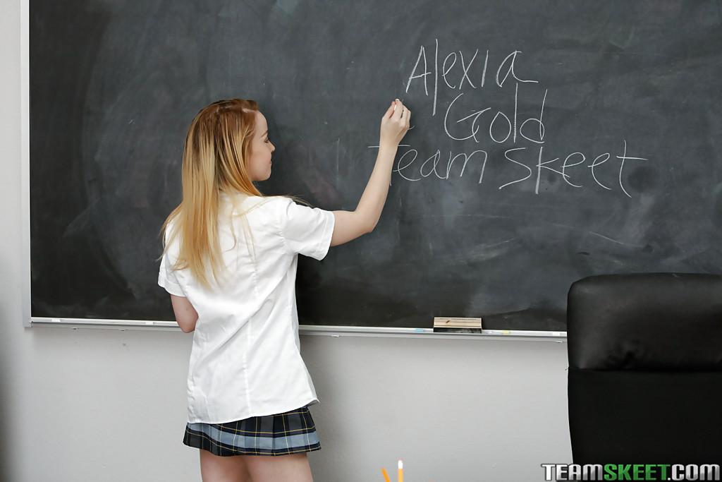 Подросток девка Алексия золото светит свои громадные титьки во время раздевания