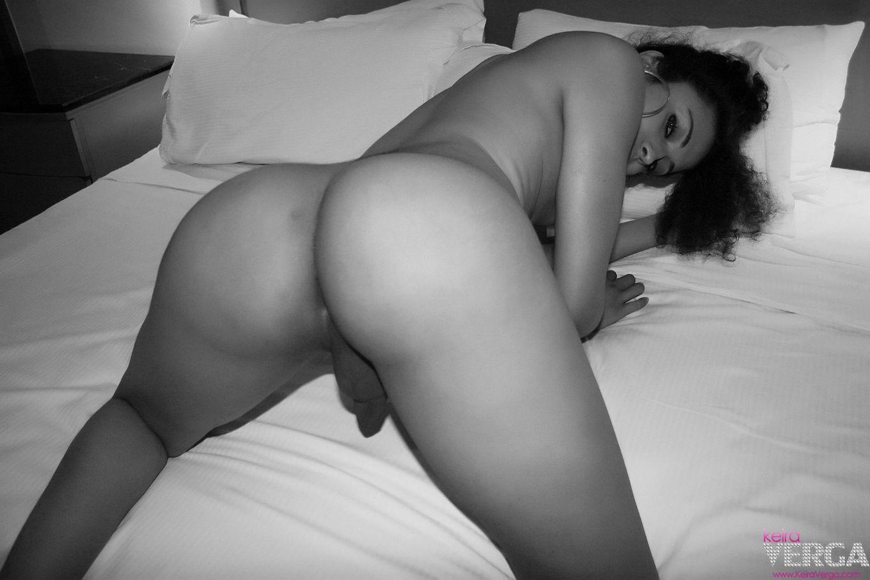 Темнокожий трансвестит снимается в койке, обнажает на камеру жопу и свой мелкой хер и буфера