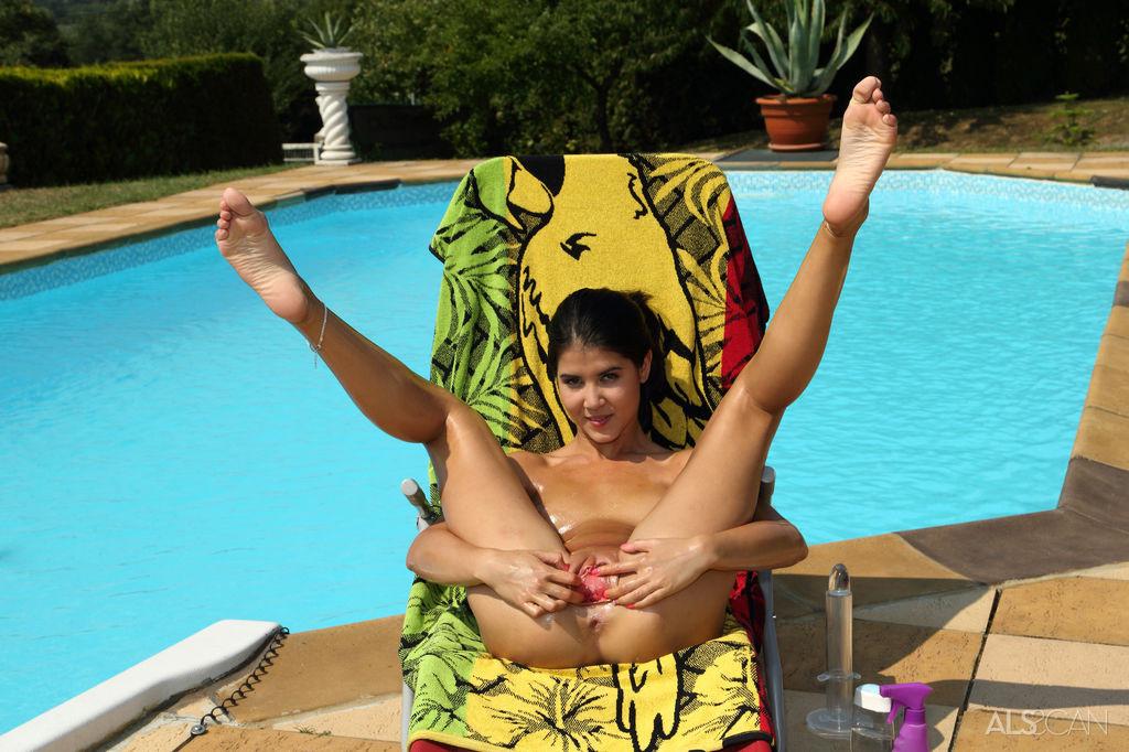 Загорать у бассейна интереснее, если рядом есть любовница лесби, которая поласкает вульву и сделает куни