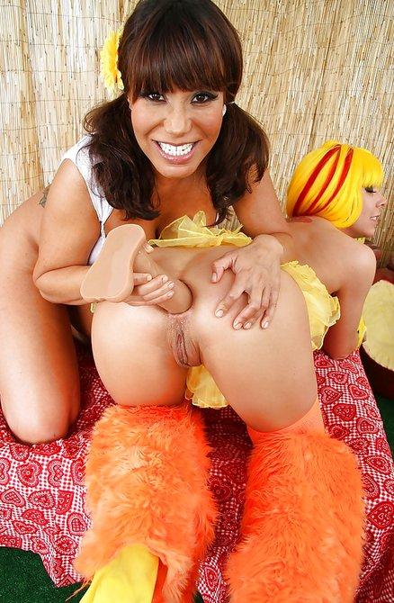 Лесбуха вставила шарики в попку своей подруге