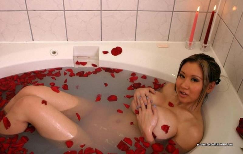 Тайка с крупным бюстом устраивает себе романтический заплыв в ванну – лепестки роз, пена и свечи