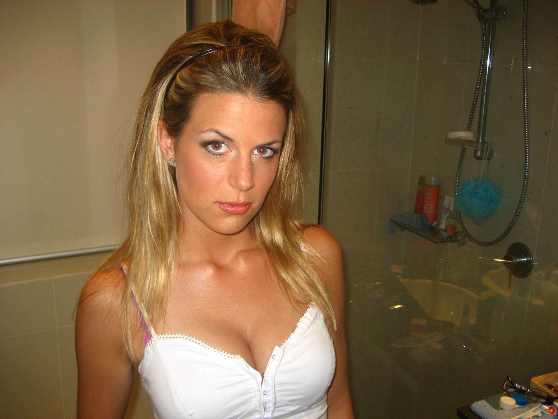 Блондинка на камеру показывает только сисяндры