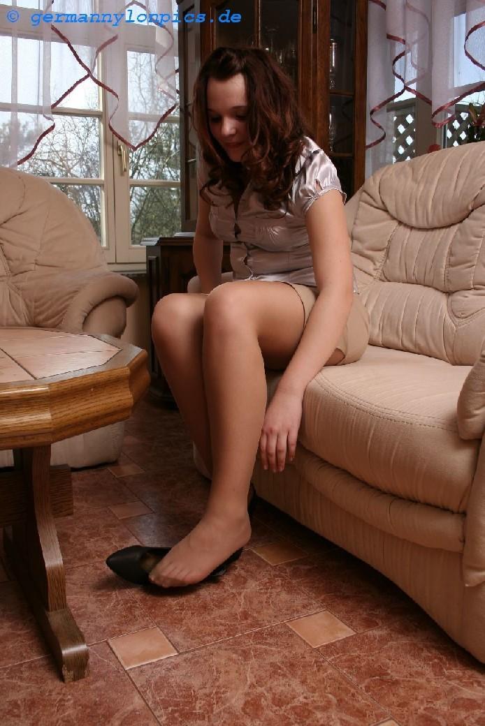 Сучка спускает туфли после тяжелого дня и демонстрирует свои ноги в капроновых колготках