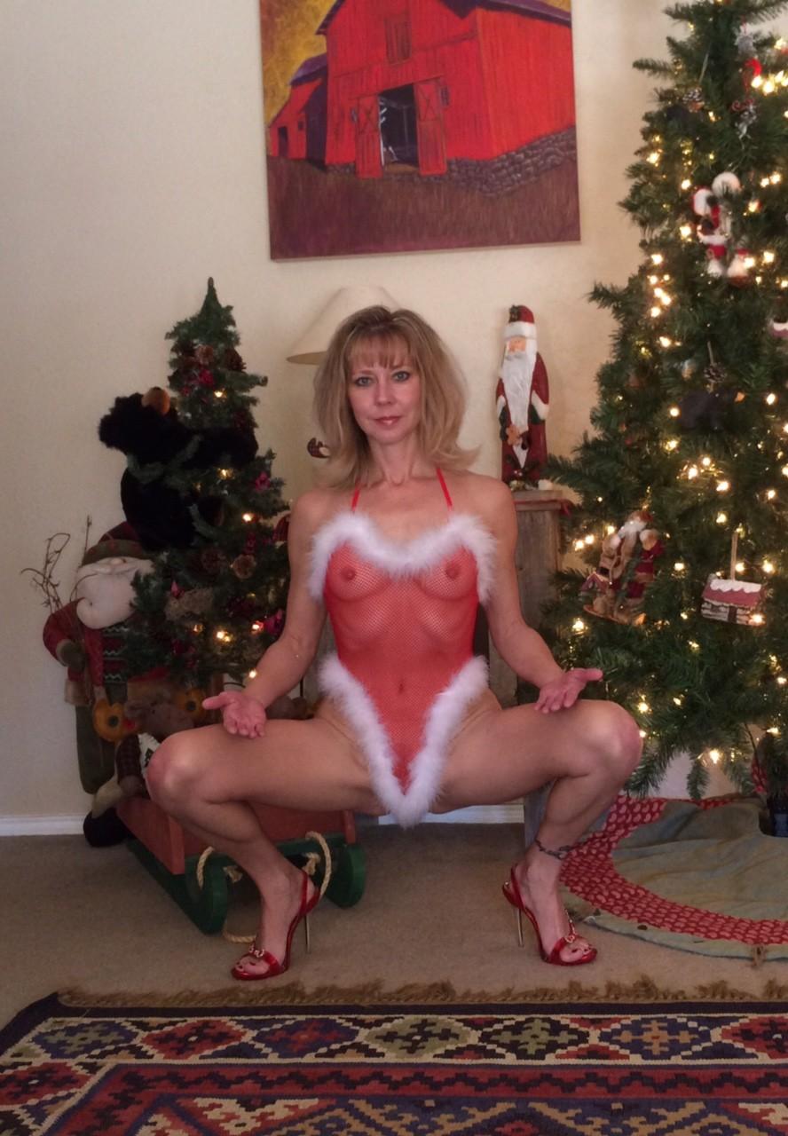 Деваха в рождественском боди позирует перед объективом – она выглядит неимоверно эротично