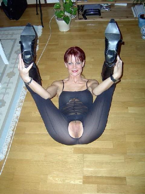 Гибкая блядь Лиза отдыхает от порева в очко и секс игрушек