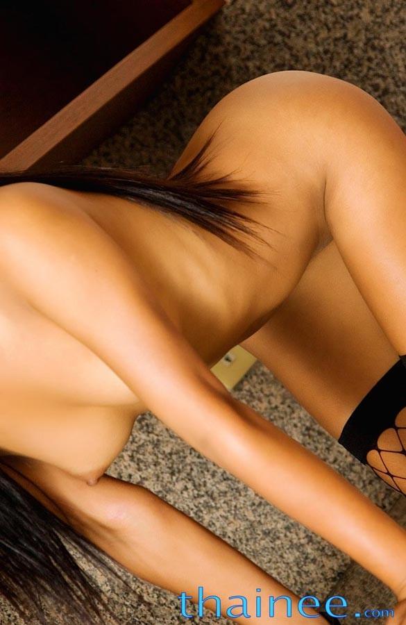 Хрупкая азиатка с маленькими буферами красуется в домашних условиях