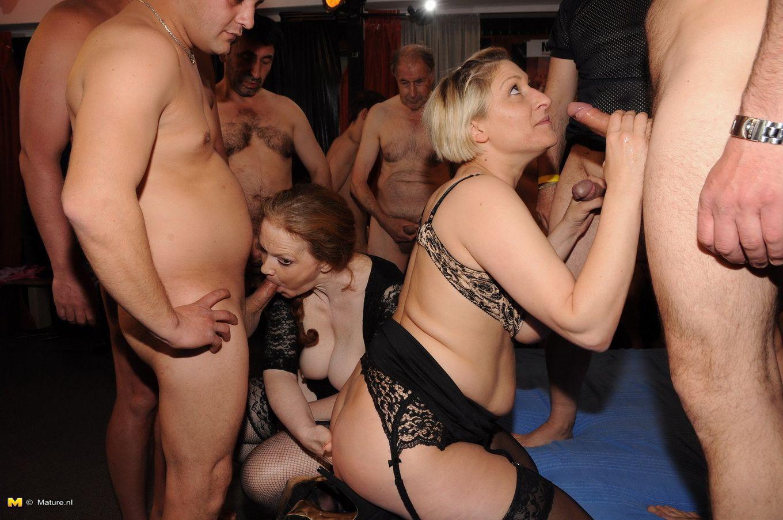 Немецкие домохозяйки в центре внимания парней, ведь их пускают по кругу