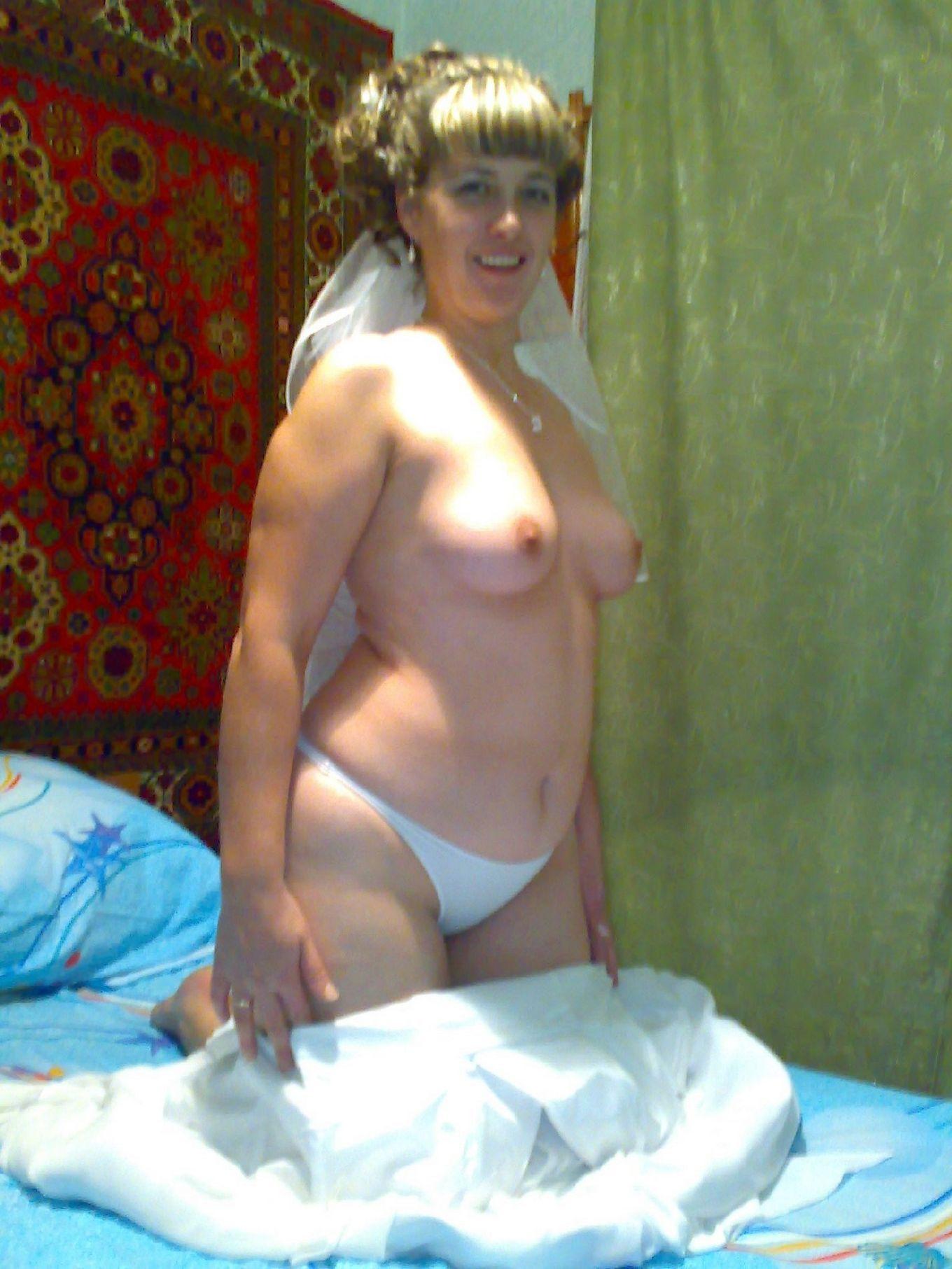 Невеста обнажается в первую брачную ночь