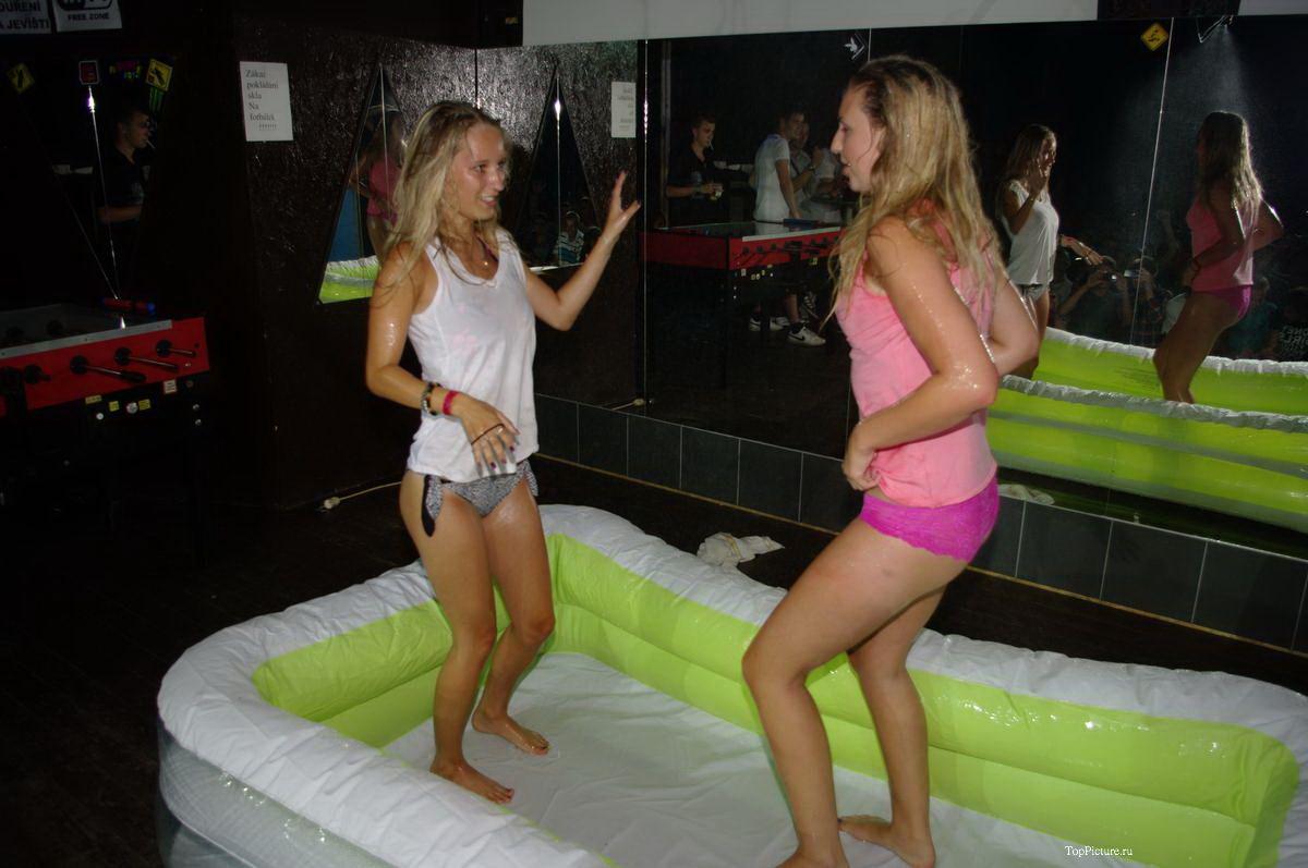 Пьяные девушки захотели конкурс сырых маек на вечеринке