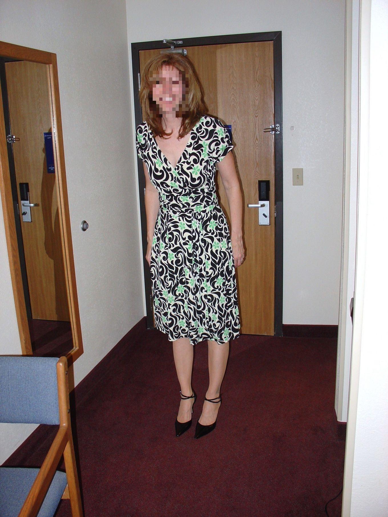 Приподняла платье под которым не было трусиков