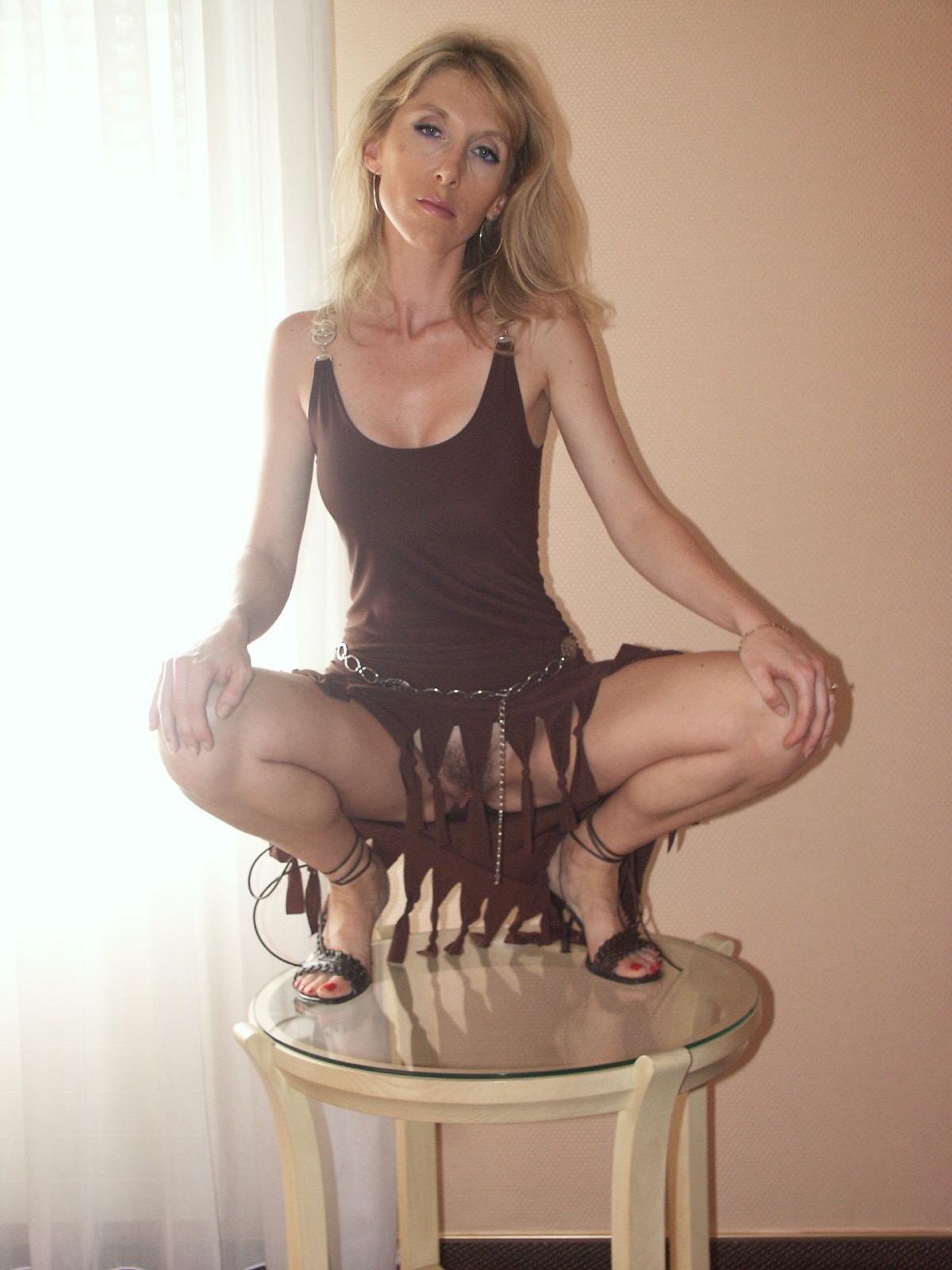 Самые разнообразные барышни растопыривают ножки на камеру, лишь бы посветить своей вагиной