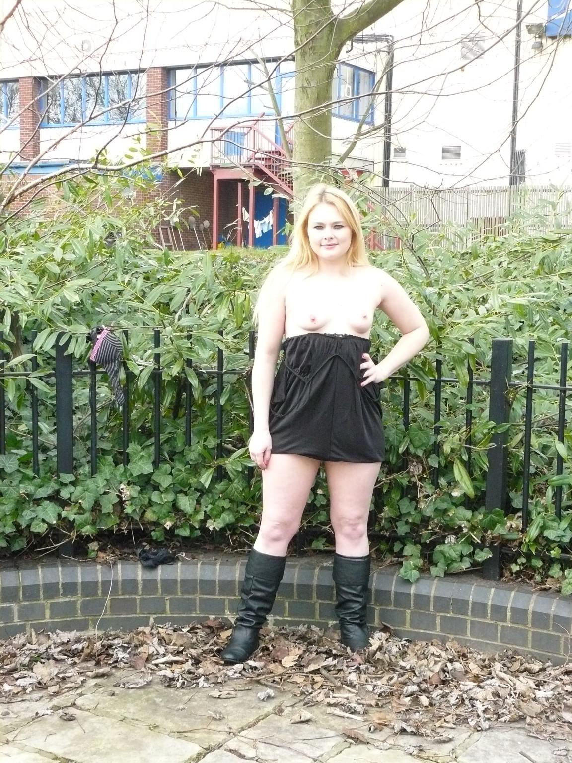 Смелая чика София не носит белья и даже готова обнажиться в городском парке посреди дня