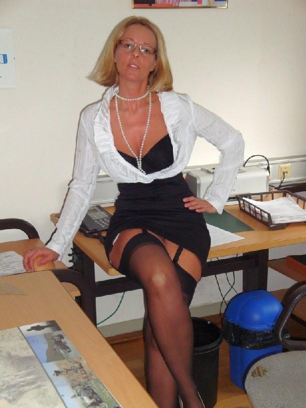 Возбуждающая секретарша онанирует свою шмоньку в шефа в комнате