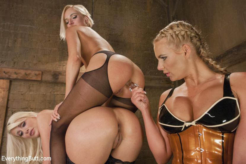 Три блондиночки лесбияночки позируют со своими влагалищами, вставляя твердые предметы