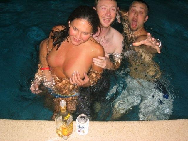 В бассейне милая кошечка занимается сексуальными развратными делами