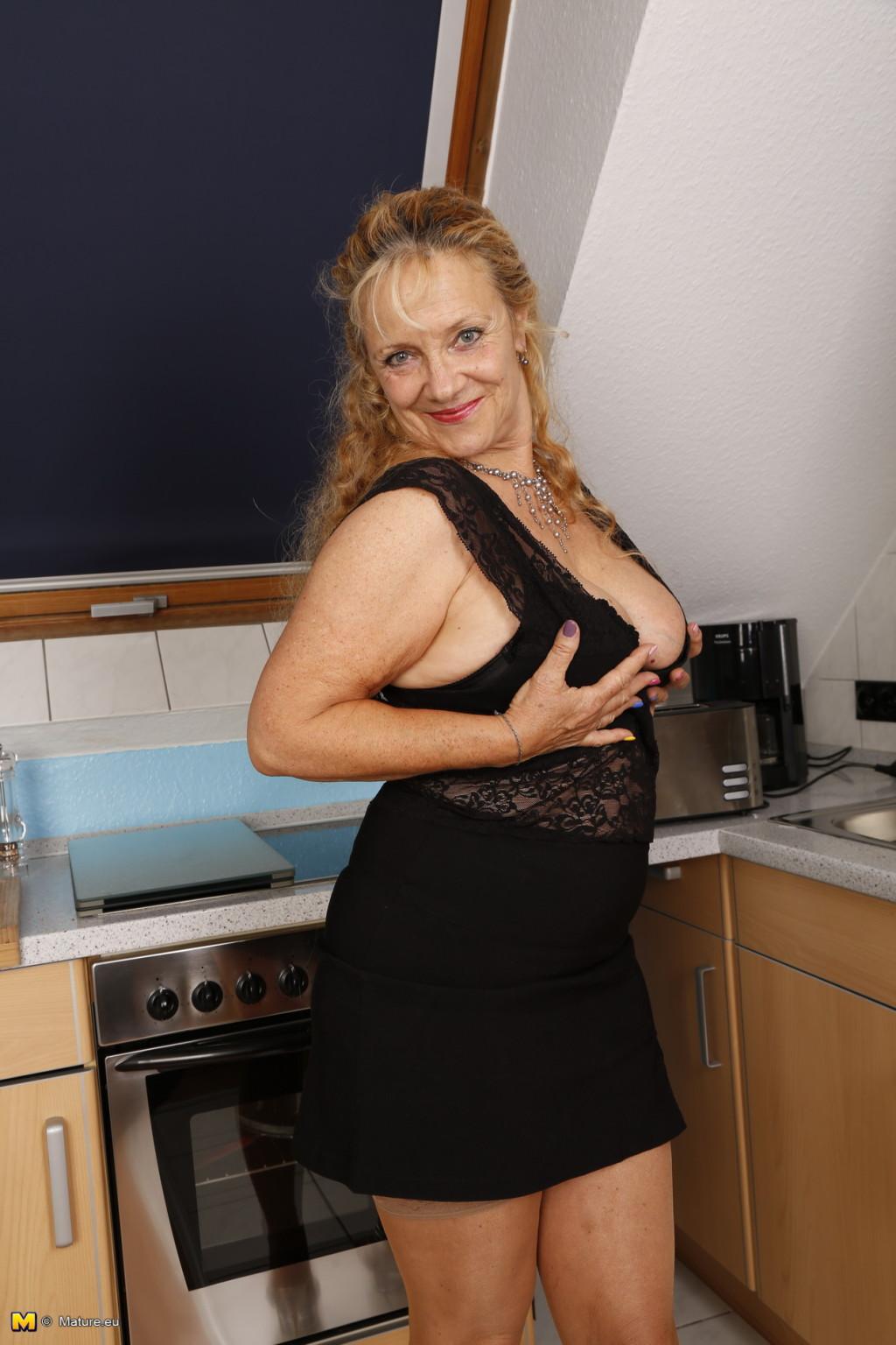 Опытная старушка в коричневых чулочках светит своей висящей грудью