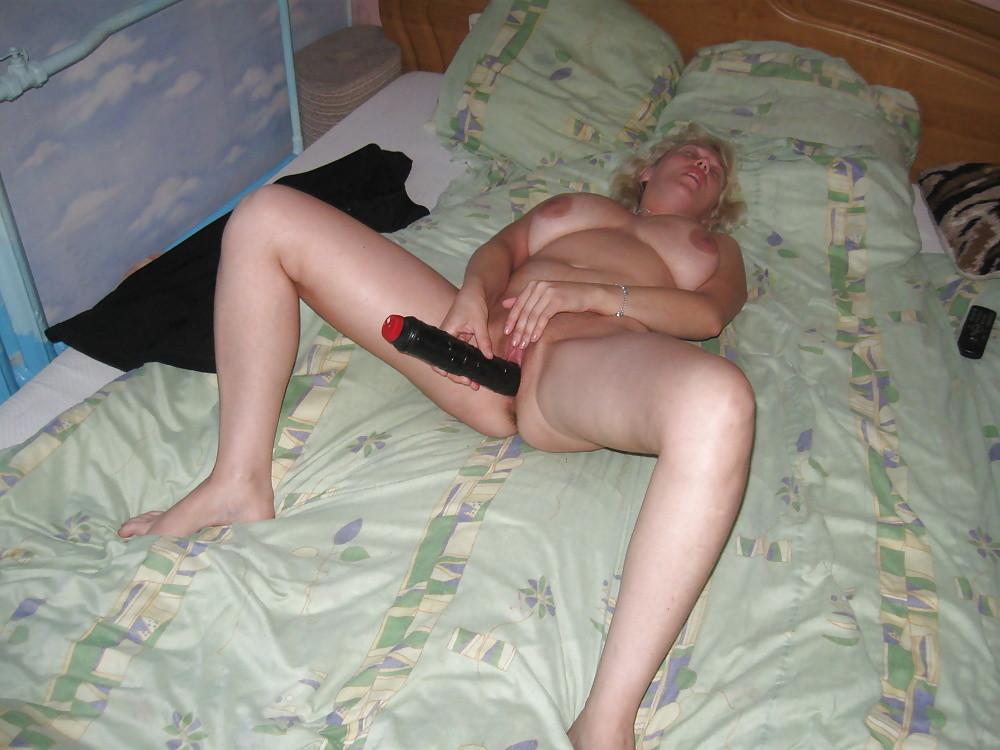 Возрастная латышка развлекает себя дилдом и лижет хер у супруга