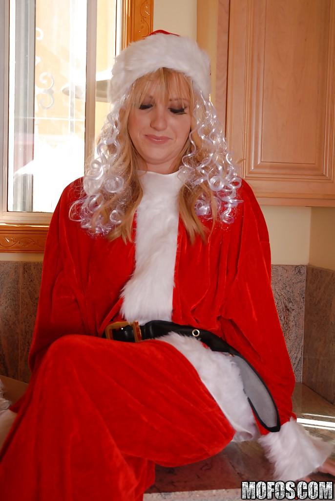 30летняя блондинка в костюме Санты теребонькает вагину на стиралке
