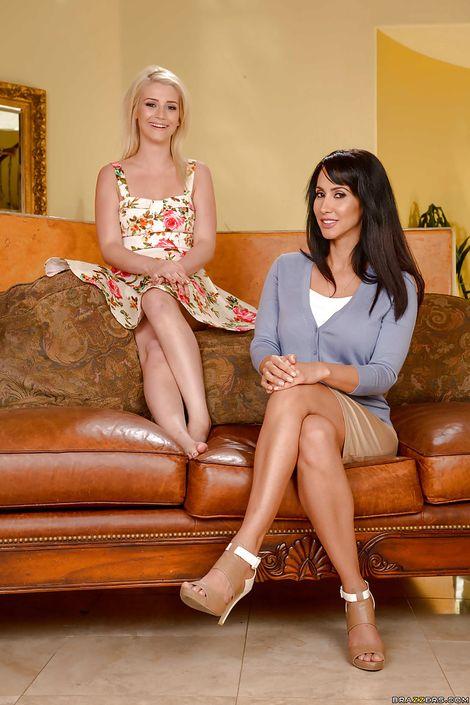 Две обалденные мамаши Aubrey Gold и Isis Love помогают друг другу раздется и снимаются без трусов