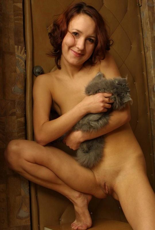 Голая рыженькая мамочка забавляется с котом