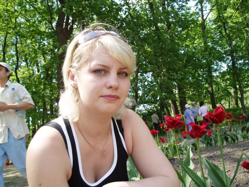 Русская блонди с настощими титьками красуется на свежем воздухе