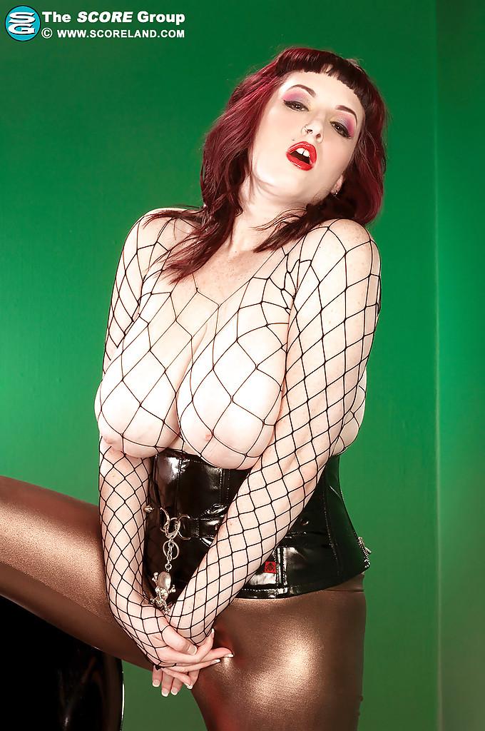 Рыженькая Jenna Valentine оголяется на пластиковом стуле из бара
