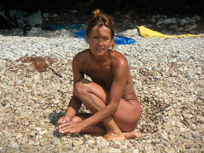 Спортивная женушка с плоской грудью купается на море голой