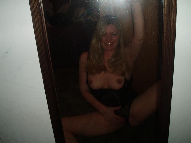 Возрастная блондинка снимается с нагими буферами в гостях