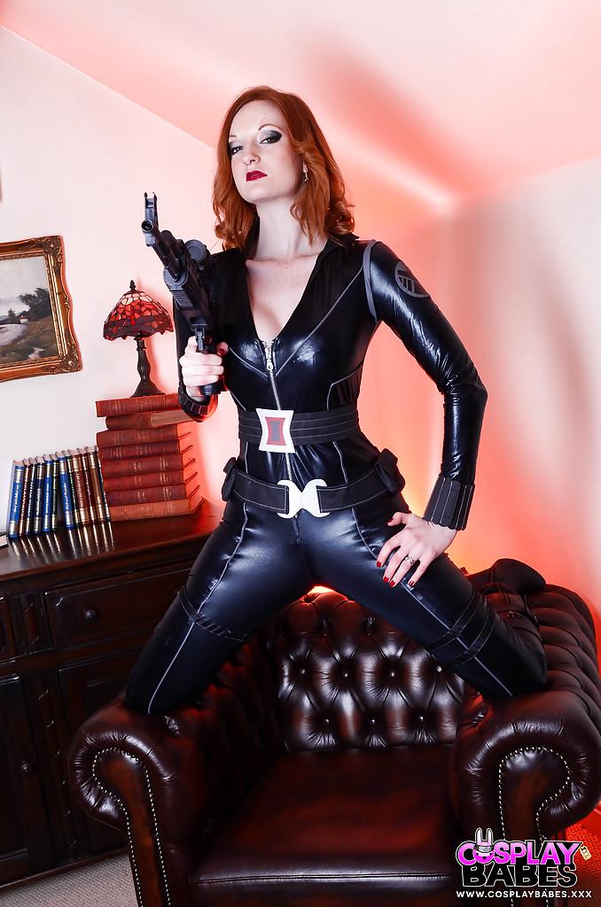 Косплеерша в костюме Черной вдовы дрочит на софе
