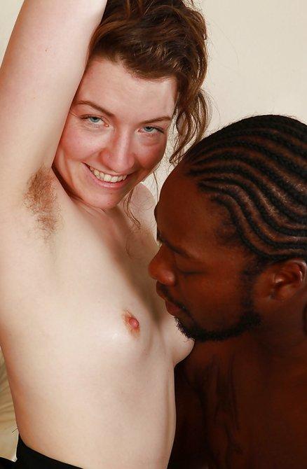 Белая барышня небритая поеблась с африканцом на кроватке