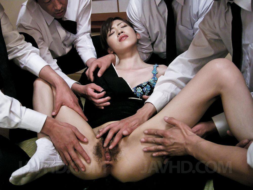 Азиатская дама Kanon Hanai занимается групповым оральными ласками и дает кончить себе в рот