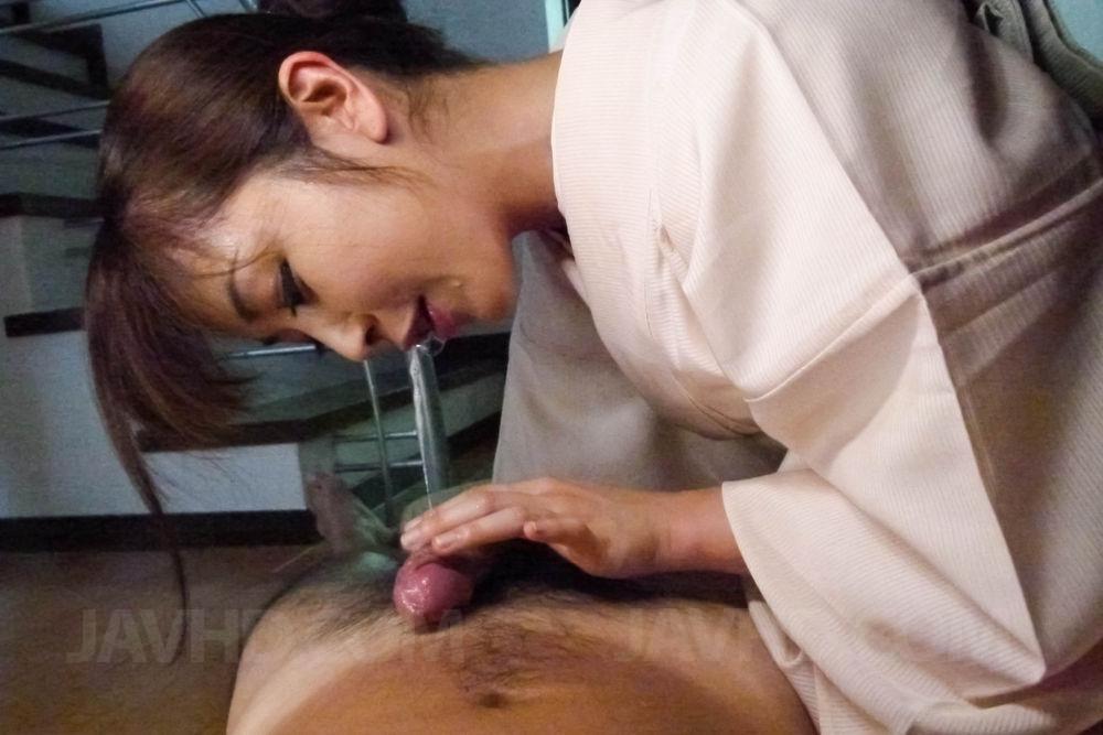 Узкоглазая красавица в традиционном наряде Marika Javhd лижет писю и получила огромную порцию спермы