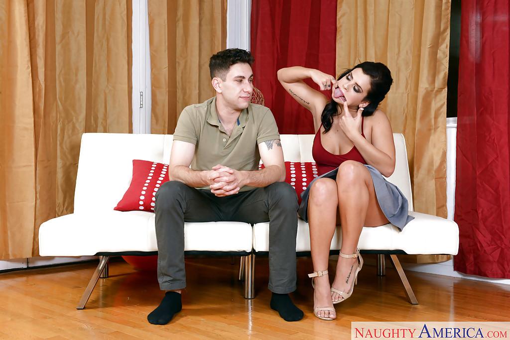 Русая порноактрисса на каблуках лижет писю другу на светлом софе
