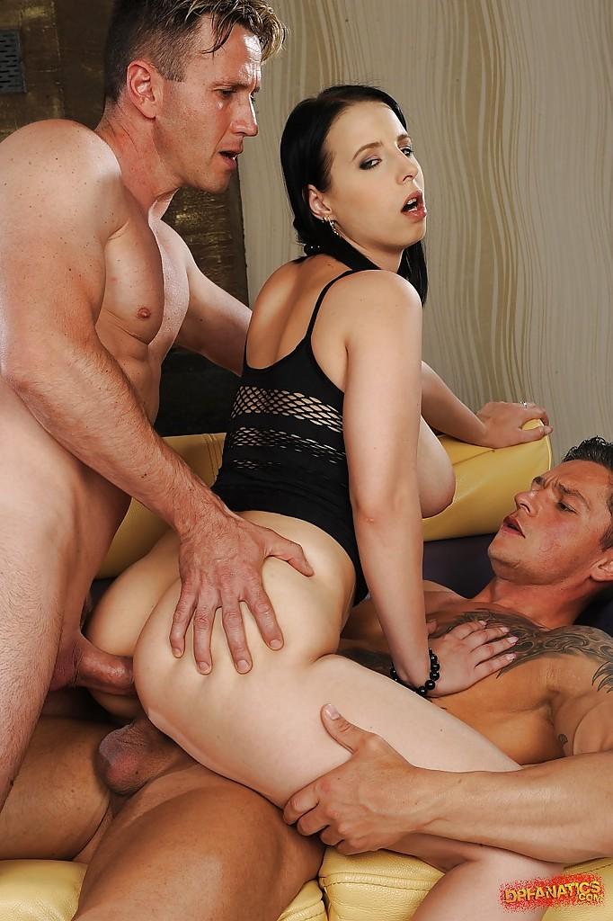 Русая порноактрисса с огромными грудями сосет сразу два хуя
