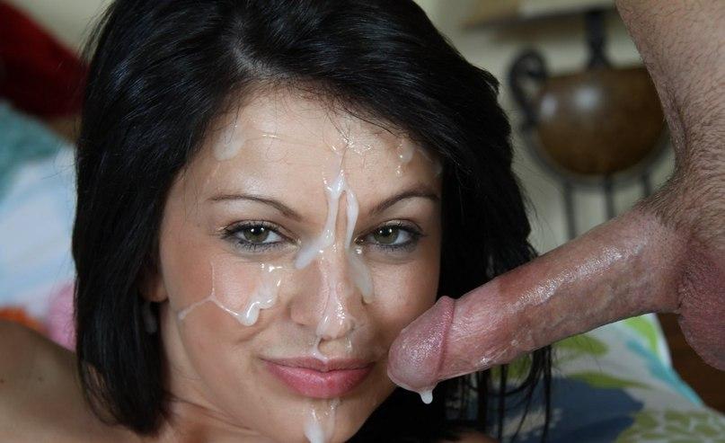 Мужчины одаривают разведенных девок спермой на лицо после оральных ласк